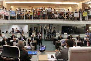 Projeto que limita uso de espaço por ambulantes nas praias de Santos foi aprovado em discussão preliminar e retornou para a Câmara para passar por outras comissões