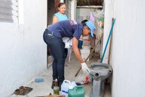 Eles vão de casa em casa, passar orientações aos moradores sobre como evitar criadouros do Aedes Aegypti