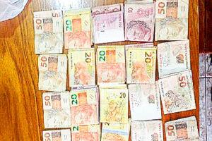A operação Ouro Branco apreendeu um total mais de R$ 30 mil na casa de dois dos investigados quando a operação foi deflagrada. Policiais estariam envolvidos com tráfico