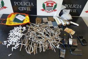 Os investigadores apreenderam maconha e cocaína