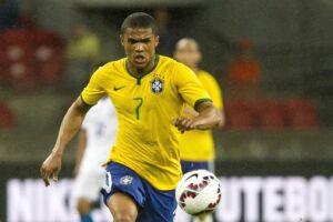 O meia-atacante Douglas Costa perderá os dois jogos da seleção brasileira pelas eliminatórias, contra Uruguai, em 23 de março, e Paraguai, em 28 de março