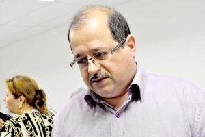 O presidente da Câmara de Vereadores de Guarujá, Edilson Dias (PT), lê na sessão de hoje um pedido de cassação protocolizado, ontem na Casa, contra ele próprio