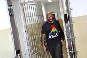 Edinho foi preso duas vezes em 2014; na foto, ele deixa a cadeia anexa ao 5º DP de Santos em 15 de julho daquele ano