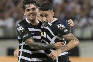 Gabriel beija escudo após gol