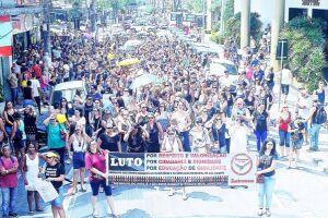 Após concentração em frente ao Paço Municipal, na manhã de ontem (24), os professores seguiram em passeata pelas ruas do Centro de São Vicente