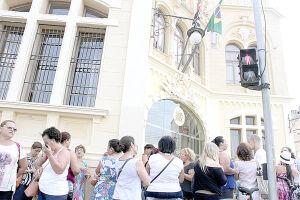 Os manifestantes ocuparam a frente da Câmara e as galerias para pressionar os vereadores.  A manifestação continua hoje, a partir das 8h30, na Praça Mauá