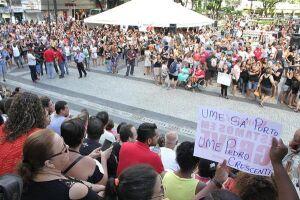 Servidores de Santos paralisam serviços e protestam pelas ruas do Centro