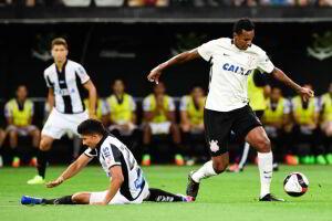 Jô marcou o gol da vitória do Corinthians