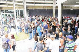 Servidores de diversas áreas se reuniram por volta das 14h com objetivo de pressionar o legislativo a votar contra com as medidas propostas pela Administração