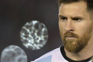 O argentino Lionel Messi foi suspenso por quatro jogos após insultar o assistente brasileiro Emerson Augusto de Carvalho durante a vitória de sua seleção sobre o Chile