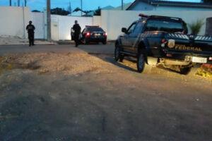 Agentes da Polícia Federal cumprem mandados no âmbito da Operação Research, que investiga desvios de recursos da ordem de R$ 7,3 milhões