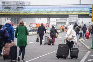 Passageiros deixam o Aeroporto de Orly, em Paris. Vários voos foram cancelados por causa de incidente em que polícia matou suspeito