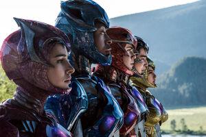 Os atores Becky G, Dacre Montgomery, Ludi Lin, Naomi Scott e RJ Cyler em Power Rangers
