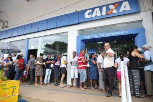 Pessoas enfrentam filas no primeiro dia de saque do FGTS de contas inativas