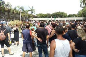 Centenas de servidores públicos municipais de Cubatão se manifestam em frente ao Paço Municipal na manhã desta quinta-feira