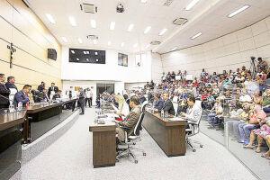 Vereador Juninho Eroso leu o documento na sessão de ontem; Dias explicou que denúncia não tem amparo legal