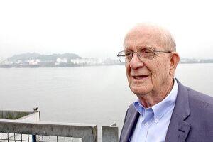Médico Thomas Maack que se exilou em Nova Iorque após a desativação do navio-prisão vai voltar a Santos para participar dos eventos com os sindicalistas