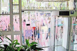 Portas e vidros da Câmara Municipal de Cubatão foram pintados com tinta guache vermelha