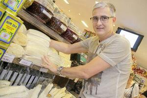 O comerciante Marcelo Gil Figueira,  proprietário do Laticínios Marcelo Import, afirma que a busca pelo bacalhau tem sido grande desde o início do mês