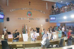 Servidores ocuparam o plenário e os assentos dos vereadores por duas horas. Presidente da Câmara decidiu cancelar a sessão e convocou extraordinária para hoje