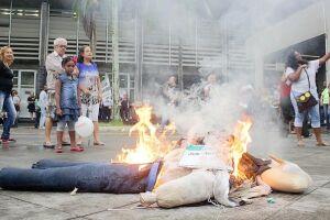 Boneco do prefeito Ademário Oliveira (PSDB) foi queimado nesta quarta-feira (12)