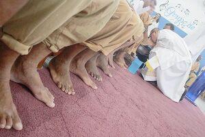 Padre banhou e beijou os pés de 12 homens que cumprem pena no sistema prisional