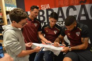Os jogadores do São Paulo participaram do lançamento da nova camisa do clube em uma loja oficial da Under Armour