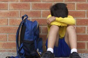 No Brasil, aproximadamente um em cada dez estudantes é vítima frequente de bullying nas escolas