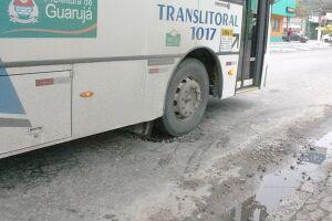 A Prefeitura de Guarujá está sem contrato para o serviço de tapa-buracos desde março do ano passado