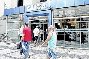 Brasileiros aproveitam o sábado para sacar o FGTS inativo durante a segunda etapa do liberação do FGTS nas agências da Caixa Econômica