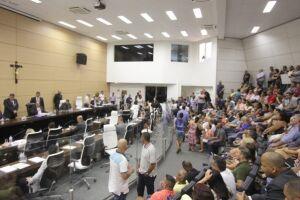 Depois de vários discursos sobre o relatório do Tribunal de Contas, os vereadores resolveram reprovar, por 13 votos a dois, as contas da ex-prefeita Maria Antonieta