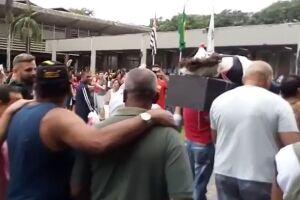 Servidores realizam o enterro simbólico do prefeito Ademário Oliveira (PSDB)