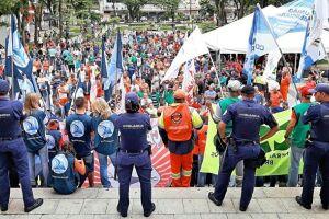 Centrais sindicais encerraram a greve geral com ato público na Praça Mauá, em frente ao Paço Municipal