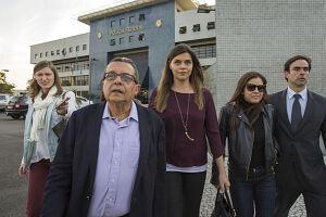 O marqueteiro João Santana e Mônica Moura, deixam a sede da Polícia Federal, em Curitiba