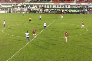 A equipe santista vencia até os últimos minutos, mas cometeu pênalti no fim e ficou no empate, por 1 a 1