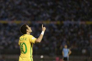 Para Zico, Neymar já deveria ter ganhado a Bola de Ouro ao menos uma vez por suas atuações no Barcelona e na seleção brasileira