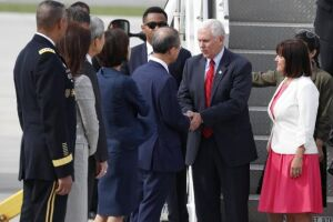 Vice-presidente norte-americano, Mike Pence, cumprimenta o vice-ministro de assuntos estrangeiros sul-coreano Lim Sung-Nam ao chegar a Seul