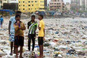 Em alguns lugares do mundo a poluição por plásticos é simplesmente catastrófica, como nesta praia em Mumbai, na Índia