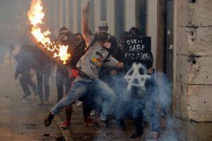 Polícia Militar e manifestantes entraram em confronto no centro do Rio durante protesto contra as reformas trabalhista e da Previdência