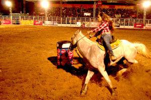 Entre os destaques a montaria em touro e a prova dos Três Tambores - disputa em que as competidoras precisam circular os tonéis em menor tempo possível