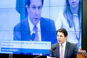 O deputado Arthur Oliveira Maia lê seu relatório na comissão especial da Câmara que analisa a proposta da reforma da Previdência Social