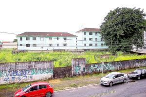 """Terreno municipal, que seria destinado para a construção de duas torres de edifícios do programa habitacional """"Meu Lar"""", está completamente tomado por vegetação alta"""