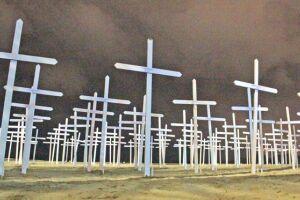 Foram enterradas 296 cruzes na praia do Gonzaga em forma de protesto