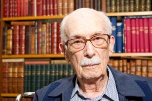 O crítico literário, ensaísta, professor e sociólogo Antonio Candido morreu na madrugada desta sexta-feira (12)