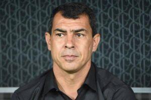 O treinador Fábio Carille avisou dirigentes que não quer abrir mão de nenhum membro do elenco nesse momento