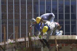 A construção cortou 646 mil trabalhadores no período de um ano