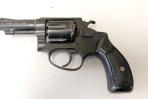 Homem foi preso com posse ilegal de um revólver calibre 32 em um apartamento no Boqueirão, em Santos