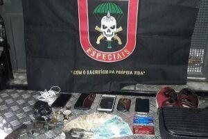 No momento da chegada da Polícia Militar, os bandidos já tinham se apoderado de R$ 1 mil, dois cartões bancários, um relógio de pulso, cinco celulares, cinco alianças e um par de tênis