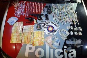 Os policiais apreenderam maconha, cocaína, crack, R$ 824,00, duas armas e rádio comunicador