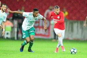 Yerry Mina disputa com Nico López durante sofrida classificação do Palmeiras